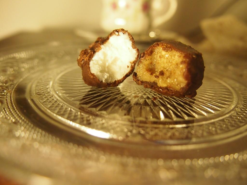 Recept voor paaseitjes van rauwe chocolade met kokos en walnoot