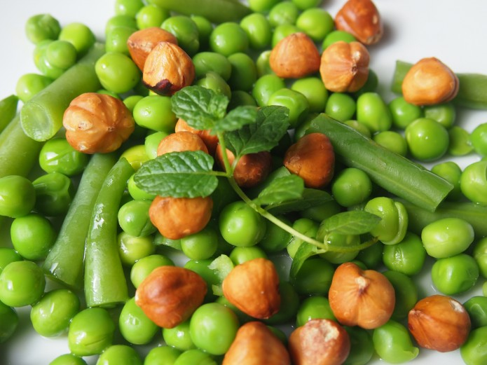 Gezond en makkelijk recept voor een salade met erwten hazelnoten en munt