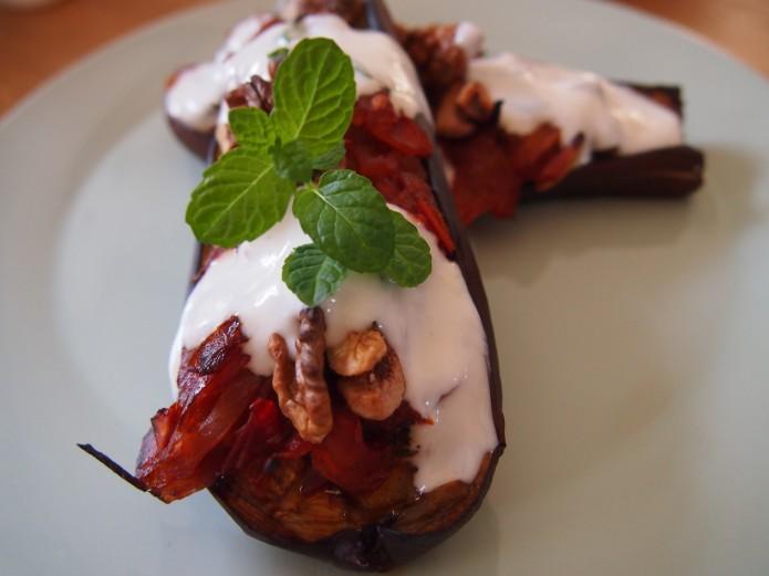 Lekker recept gegrilde aubergine uit de oven met walnoten tomatenchutney en yoghurtmintsaus