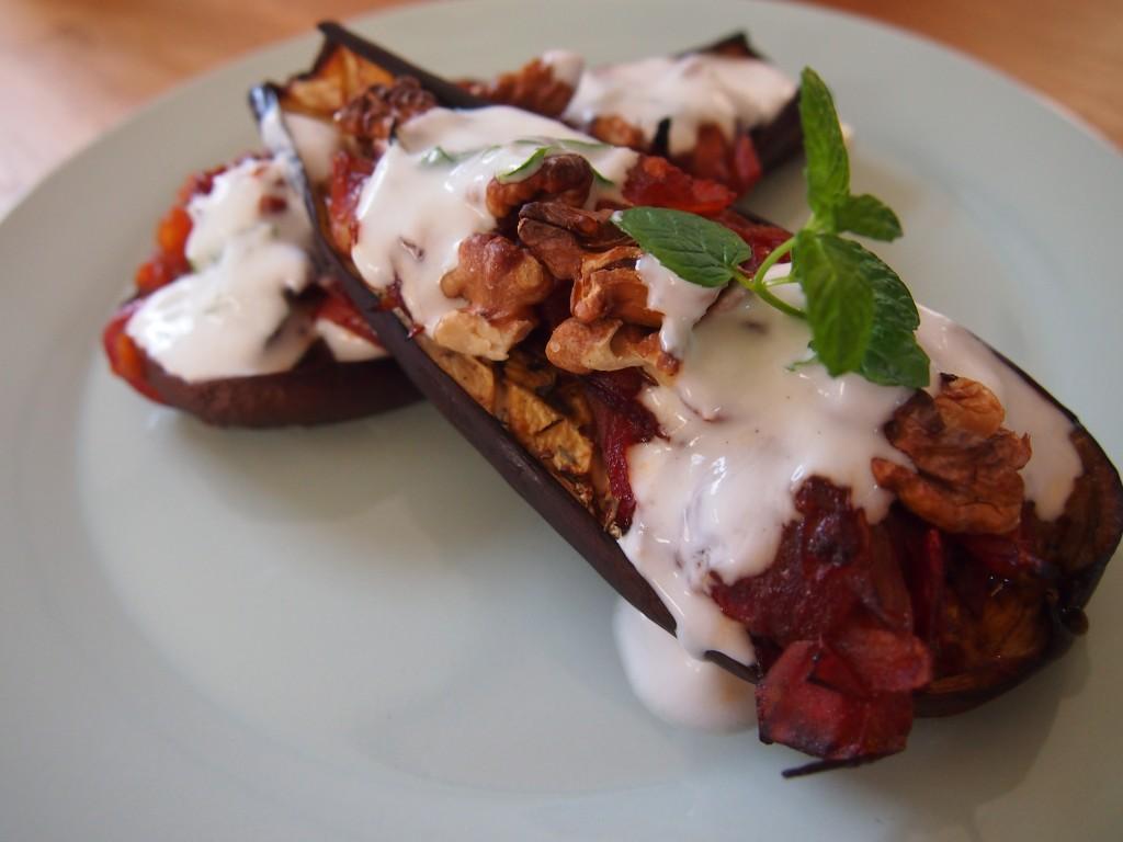 Heerlijk en makkelijk recept gegrilde aubergine uit de oven met geroosterde walnoten tomatenchutney en yoghurtmuntsaus