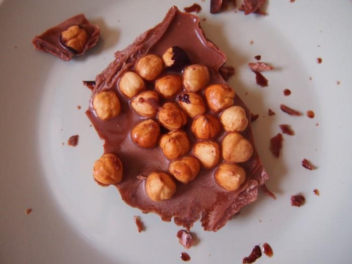 Gezond recept chocoladereep met hazelnoten van rauwe cacao