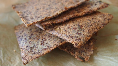 Recept: super knapperige quinoa crackers met zonnebloempitten