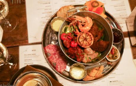 Sticky ribs en een bucket vol met comfort food to share