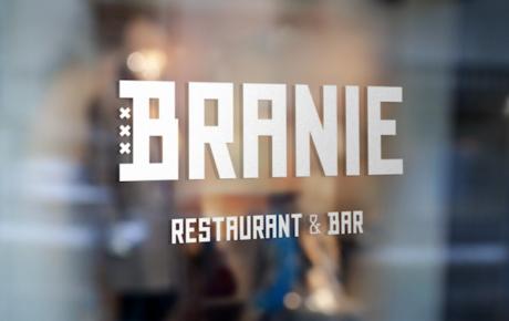 Mannen achter cocktailbar Porem openen Branie Bar Restaurant